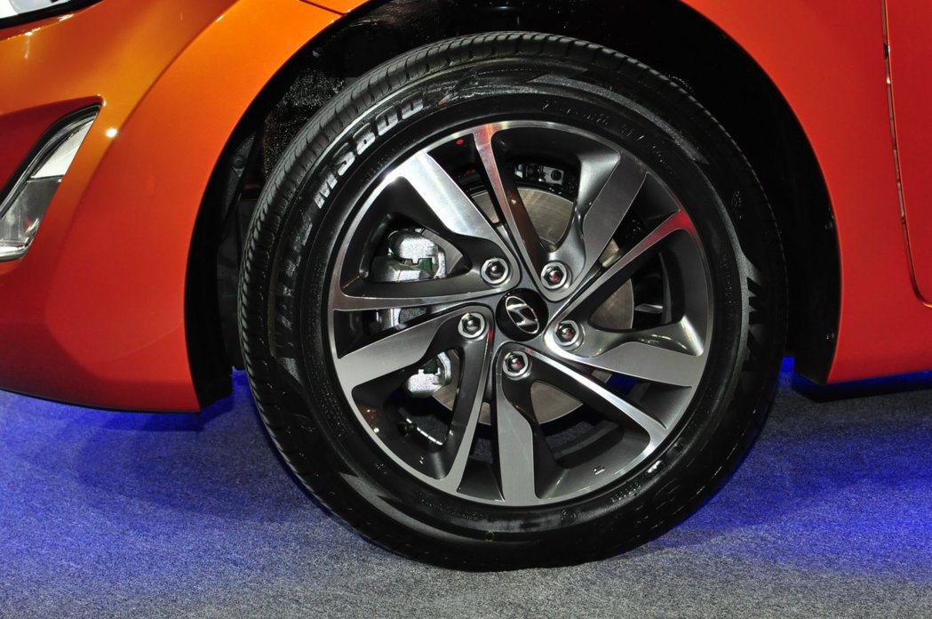 豪華型以上等級新「Aero Blaze」16吋雙色鋁圈。 記者許信文/攝影
