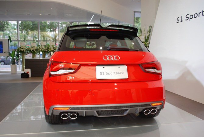 S1車尾後方的LED後尾燈組、採車身同色烤漆的S1車系專屬後擾流尾翼。  記者...