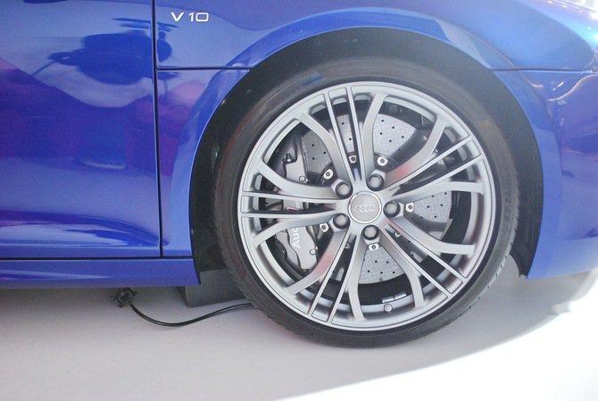 車側四只19吋五爪霧黑塗裝鍛造鋁圈,格外吸睛。 記者趙惠群/攝影