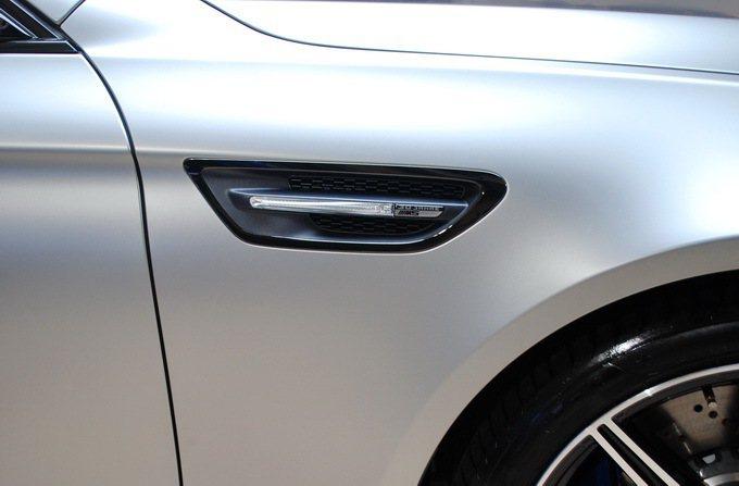 車側鰓狀飾條採用黑色鍍鉻方式處理,並加 30周年字樣。 記者趙惠群/攝影