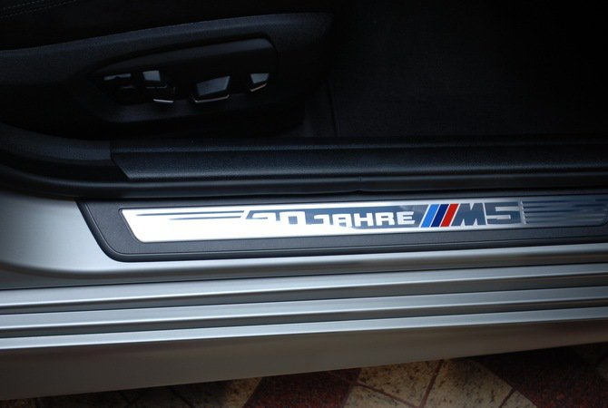 車門檻上同樣也有三色M5徽記與30周年字樣。 記者趙惠群/攝影