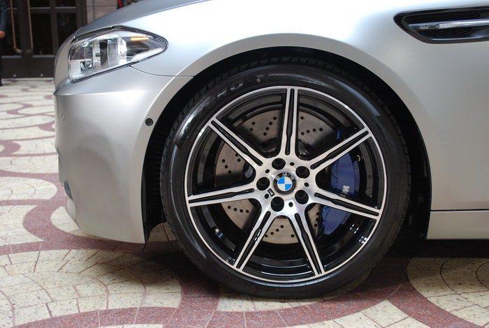 車側還有M式樣20吋輕量化鋁圈。 記者趙惠群/攝影