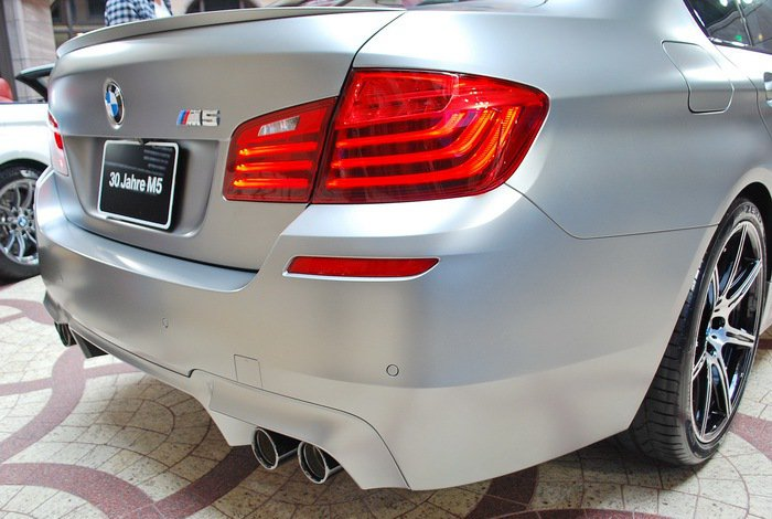 M5 30周評紀念車的車尾有黑色鍍鉻四出排氣尾管。 記者趙惠群/攝影