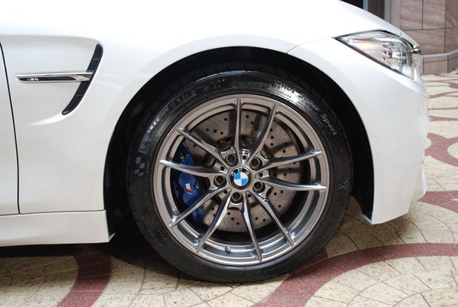 M4 Convertible葉子板有直立的M款鰓狀飾板與M款側裙,使車側呈現跑車...