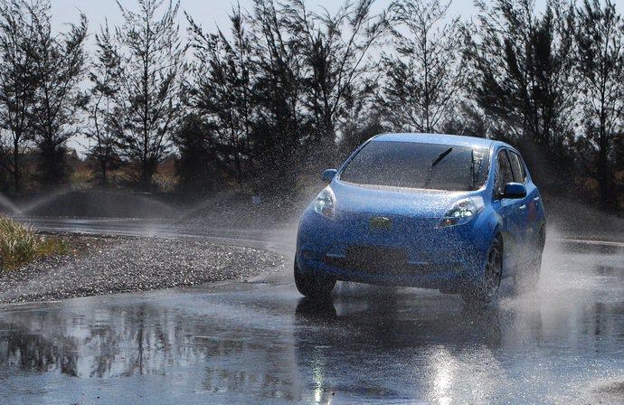 ARTC操安測試道中的環形濕地操安測試,一台Leafe電動車正進實測展示。 記者...
