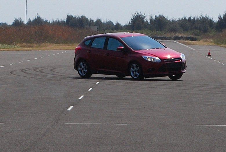 沒有ESC的車子在動態平台中車速80繞錐過彎煞車,隨即出現嚴重打滑失控。 記者趙...
