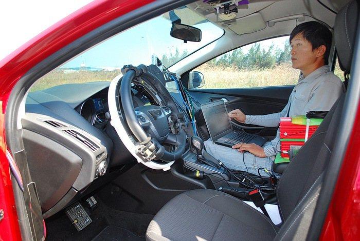 實驗車採無人駕駛方式裝上自動駕駛儀器,透過儀器主機控制進行轉向的正弦定頻測試,檢...
