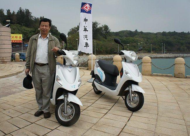 環保署空保處簡任視察胡明輝讚賞離島推動電動機車成果深受肯定。 中華汽車提供