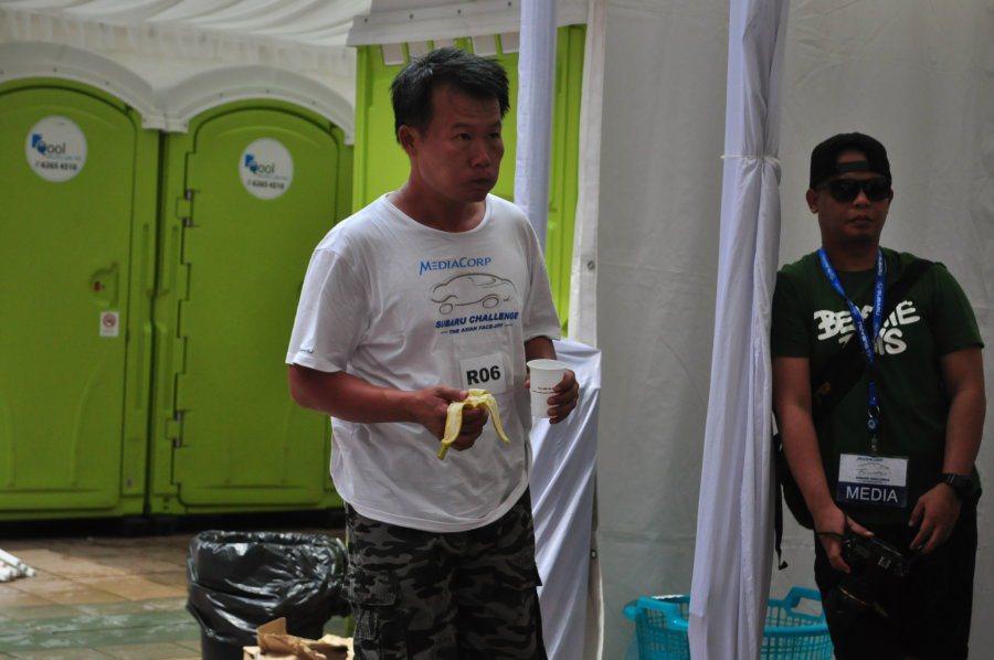 台灣選手多以補充水分跟吃香蕉為主(圖中為簡呈軒)。 記者許信文/攝影