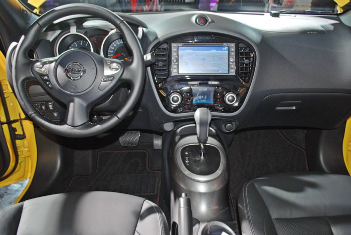 中控台搭載7吋彩色觸控螢幕音響,內建中文化導航系統及數位電視,同時支援CD/DV...