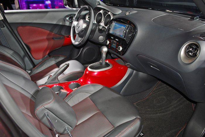 全新魅麗紫車色,內裝中控台及車門飾板也採取和車身同色的紅色烤漆,並配上紅色座椅。...
