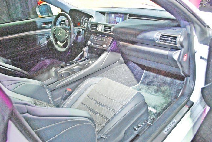 RC 350 F Sport內裝鋪陳有細緻的用料和時尚的設計,並有由下而上投射的...
