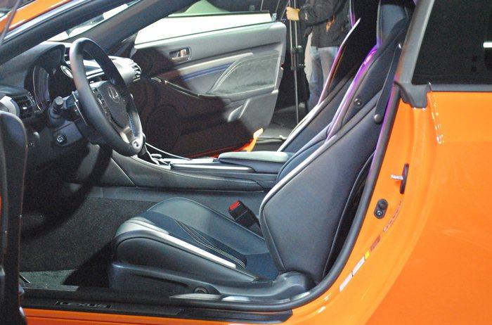 RC F車內配備高椅背設計的賽車前座椅所吸引,除方向盤及頭枕上的F徽飾,駕駛座有...