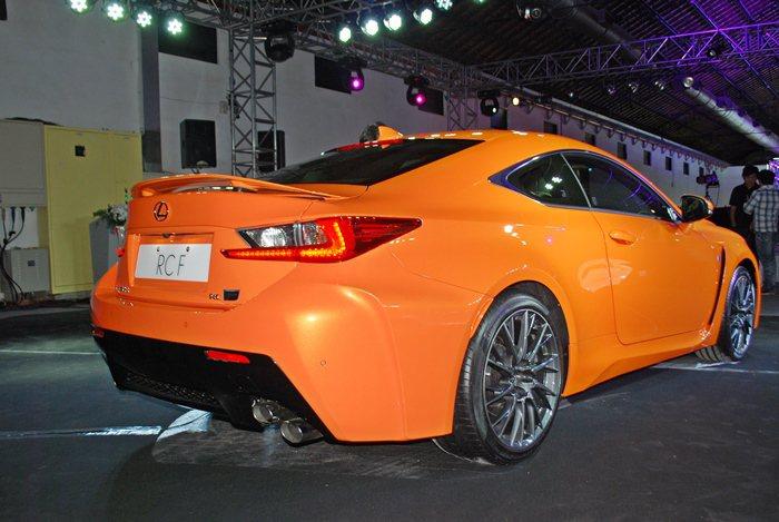 源自LFA超跑的主動式後導流尾翼,時速超過80公里時會自動升起,以強化高速行駛的...
