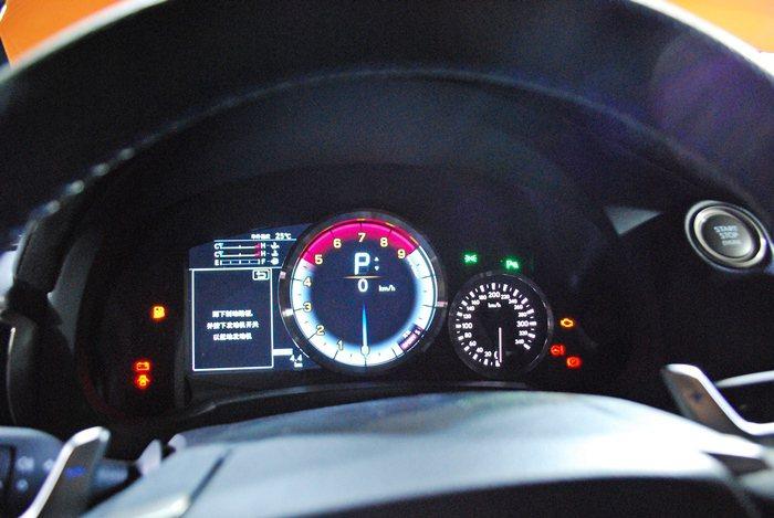 RC F配備單環式賽車儀表,中央大型儀表可顯示擎轉速、檔位資訊及車速,左方顯示幕...
