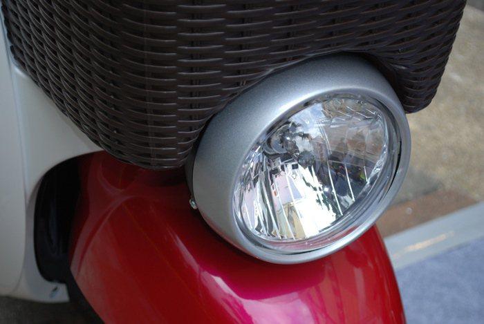 E-VINO由VINO輕型機車進化而來,有復古的圓燈。 記者趙惠群/攝影