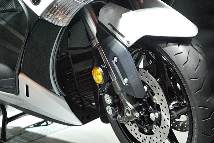 TMAX提供ABS系統,可以提升駕駛的安全心與制動力提升的效果。  記者趙惠群...