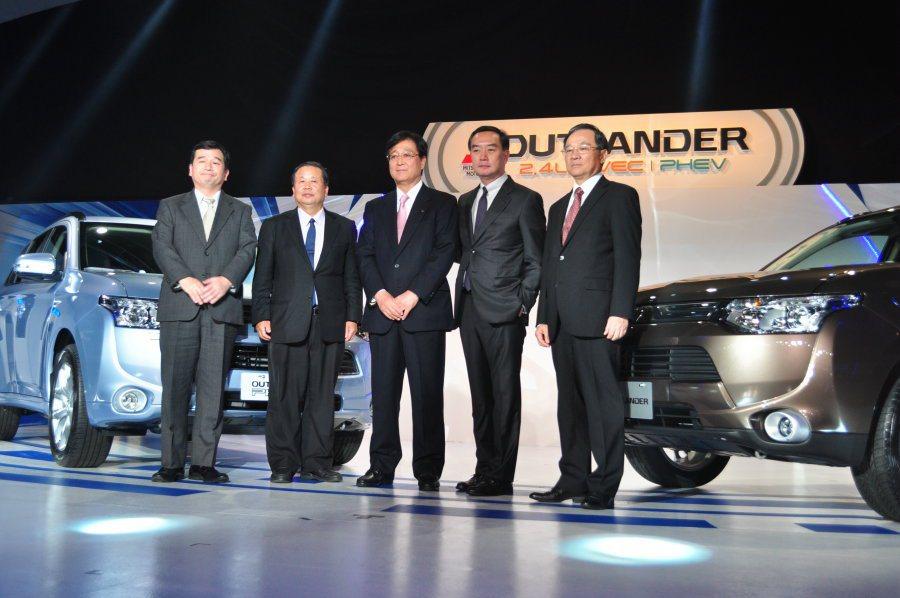 日本三菱汽車會長益子修(中)跟中華汽車團董事長嚴凱泰(右二)親自出席發表記者會。...