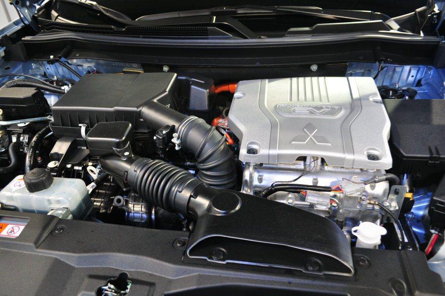 OUTLANDER PHEV採用插電式油電混合動力,引擎室內的右方EV電動馬達為...