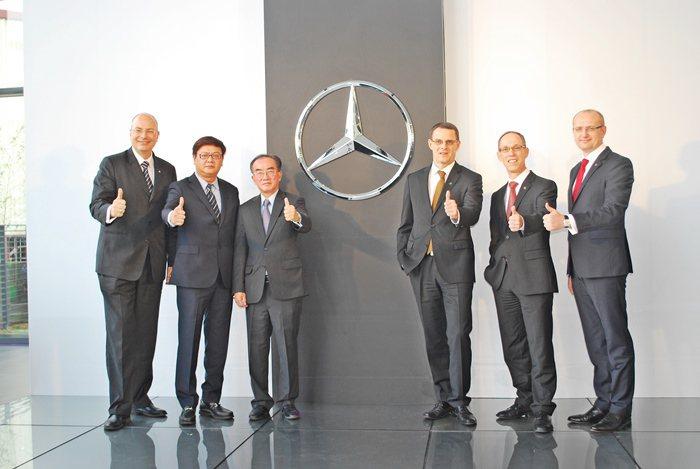 台灣賓士總裁邁爾肯(右三)與中華賓士集團總裁柯亞洪(左三)共同主持現代奢華風格的...