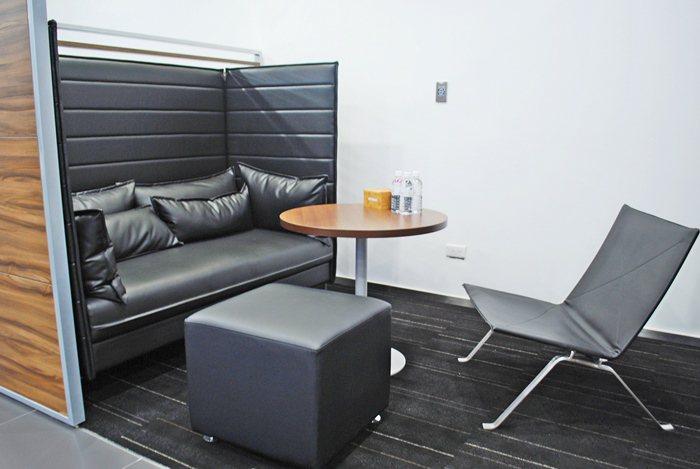 除了提供精緻餐飲與上網等服務,也備有和密的個人休憩空間。 記者趙惠群/攝影