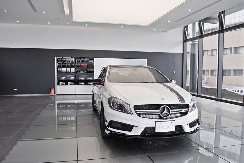 賓士台南永康展示中心二樓有專為AMG買家開闢的車專區,圖為一台限量的A45 AM...