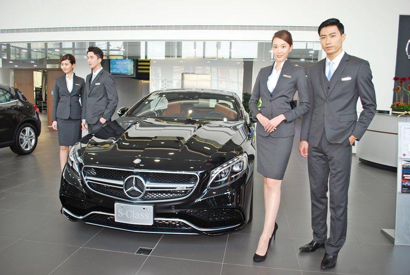 賓士依德國原廠最新的現代奢華設計風格打造全新台南永康全功能展示中心,並發表時尚風...