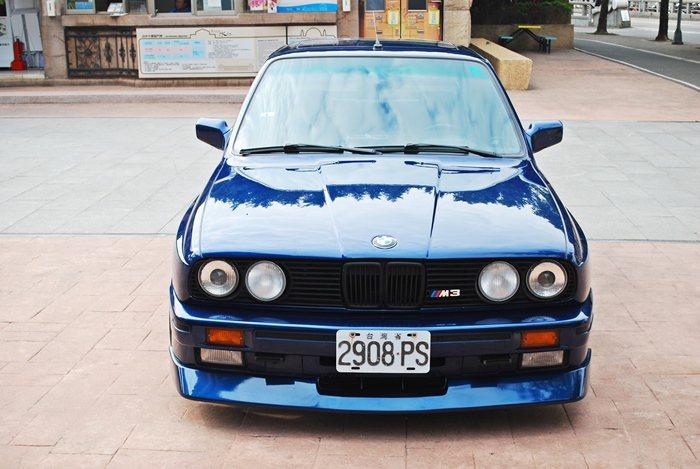 陳和皇手上經典老車BMW第一代M3。  記者趙惠群/攝影