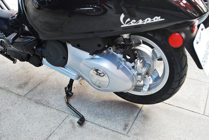 Primavera配新全新進化的雙作動式避震器與單側搖臂懸吊。煞車為前碟後鼓式煞...