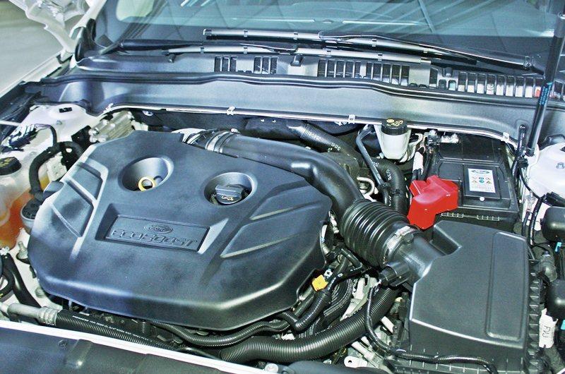 Mondeo搭載缸內直噴動力,為2.0升ECOBOOST渦輪增壓引擎,最大馬力2...