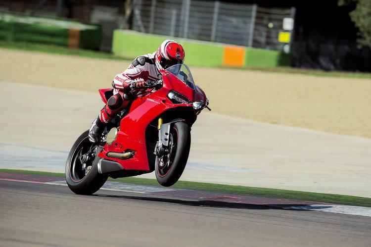 除了傳統由日系車廠獨霸的並列四缸公升級彷賽跑車之外,來自義大利的Ducati最新...