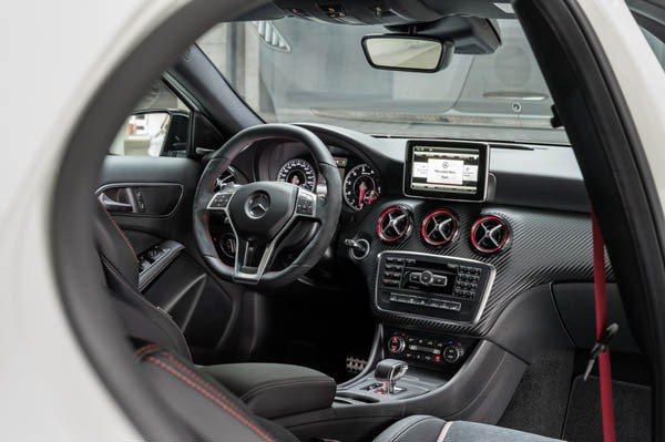 A45 AMG中控台採用類碳纖維飾板,配上五個紅黑相間的空調出風口 M-Benz