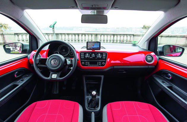 cross up!儀表飾板採用類似奧迪A1的彩色烤漆 VW