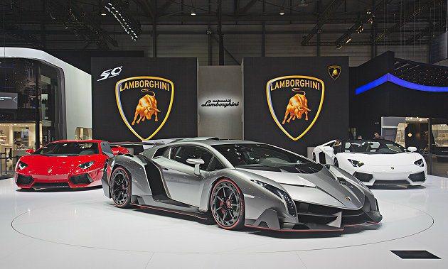 Veneno引擎蓋上有大型進氣口導引氣流到車尾。 Lamborghini