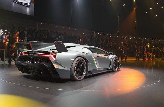Veneno四尾管與分流器整合為一。 Lamborghini
