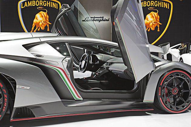 Veneno有超大側刀式車門。 Lamborghini