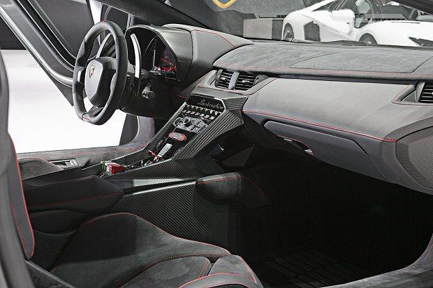 Veneno內裝採用Lamborghini獨家專利碳纖維材料包覆。 Lambor...