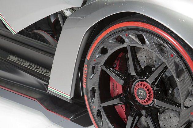 Veneno輪圈邊緣有碳纖維圓環能產生渦流,讓陶瓷煞車系統獲得額外的空氣冷卻。 ...