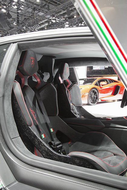 Veneno配備兩張輕量化桶形座椅。 Lamborghini