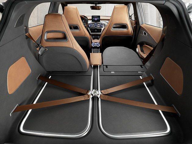 後座有快速傾倒功能,行李廂底板有取材自直升機的四點式固定帶。 M-Benz