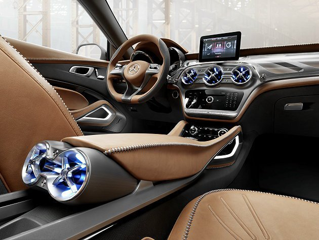 GLA前座飾板和中控台有皮革和鋁質飾板配置,不同面材的鋁質飾板增強駕駛視覺集中度...
