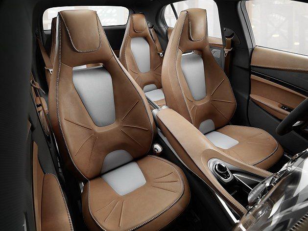 GLA四張座椅採用帆布與棕色皮革混搭。 M-Benz