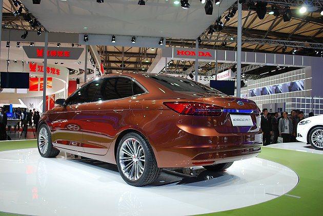 福特Escort概念車短後懸並有鴨尾式擾流,鍍鉻飾條串連左右尾燈組,展現豪華車的...