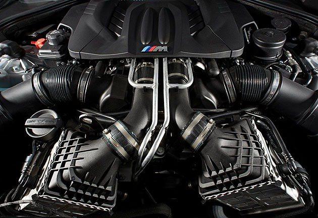 4.4L雙渦輪增壓V8引擎。 BMW