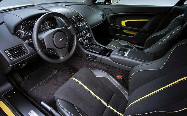 內裝與V12 Vantage 無差異,除了配色之外。 Aston Martin