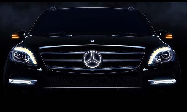 在車主用Key fob解鎖之後,這個螢光的Logo就會自動亮起。 M-Benz