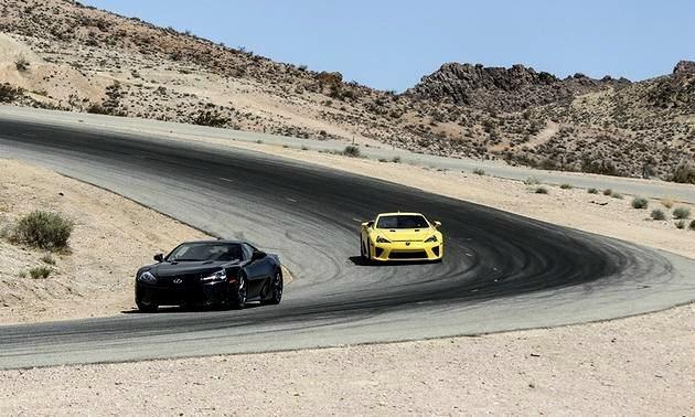 兩輛LFA在加州Willow Springs國際賽道狂奔。 Lexus