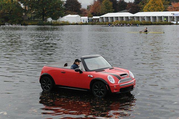 MINI參與划船賽順便達到宣傳目的。 MINI