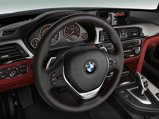 三輻式真皮包覆多功能方向盤附有換檔片。 BMW