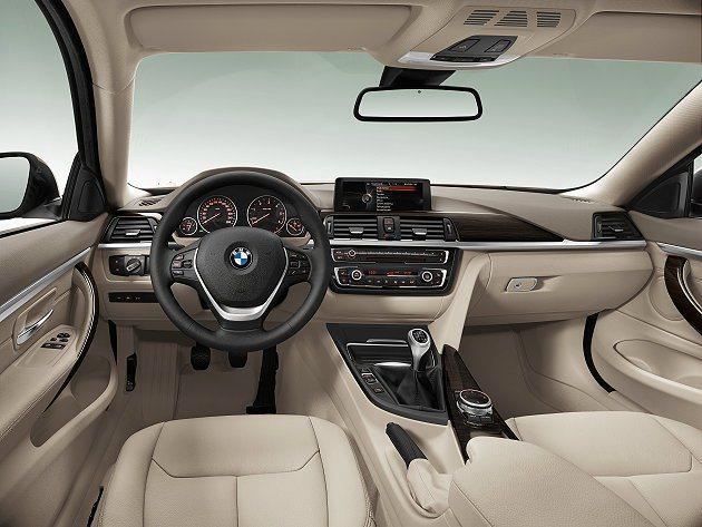 內裝採真皮塑料和原木與金屬飾板混搭。 BMW